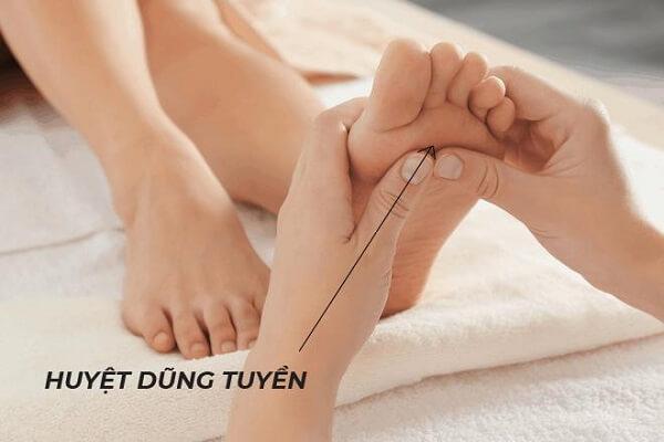 Cách massage bấm huyệt ở gan bàn chân giúp cải thiện cơn đau
